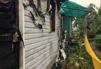 Демонтаж части сгоревшего дома в Рузе