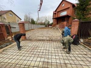 """Мастера """"Первой дачной"""" завершили монтаж парковочной площадки на площади 140 кв.м. Изначально мы спланировали площадку, утрамбовали ее, заложили арматуру и залили плотным слоем бетона."""